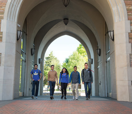 international students walking through the vaulted arches of 哈迪斯蒂大厅